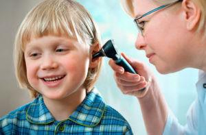 Лор-врач осматривает ребенка