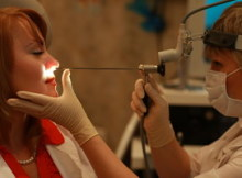 Врач проводит риноскопию: осмотр полости носа