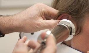 Доктор промывает ухо, удаляет серную пробку