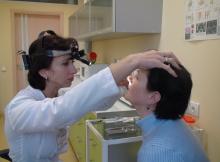 Лор осматривает пациентку