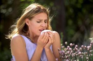 Аллергический  ринит - девушка чихает