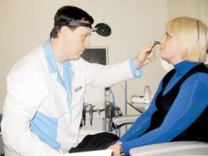 ЛОР-врач осмотривает  носовую полость