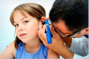 Доктор осматривает ухо девочке