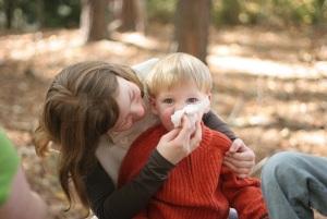 ребенку вытирают носик