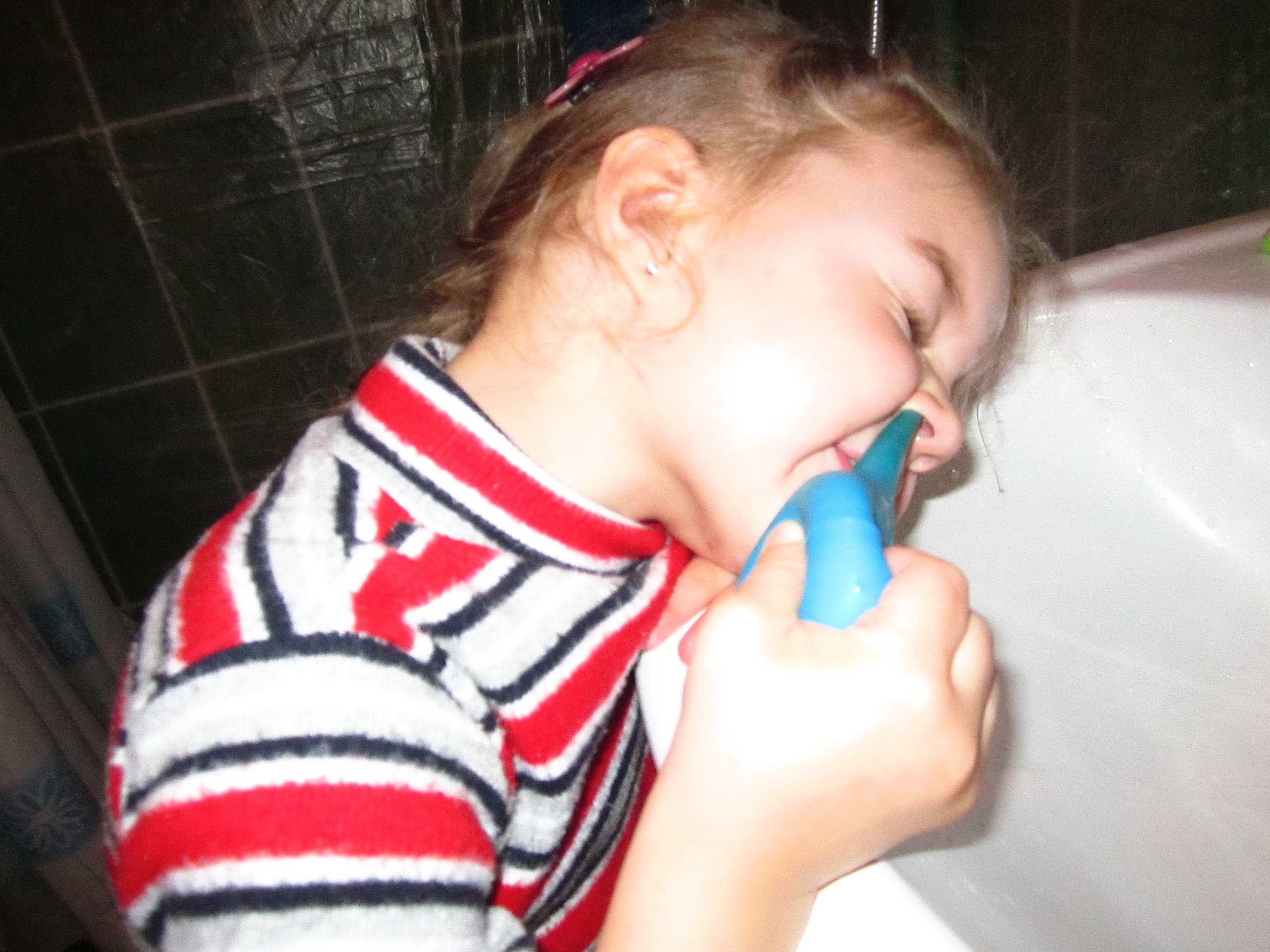 Ребенок сам промывает нос спринцовкой