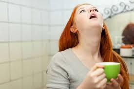 женщина полощет горло