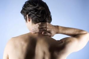 У человека травма шеи