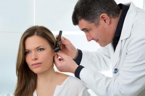 Доктор осматривает пациентку