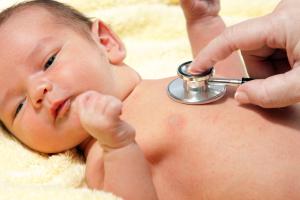 Доктор прослушивает малыша