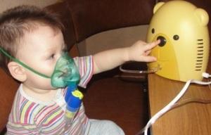 Малыш пользуется небулайзером
