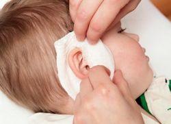 Малышу делают компресс на ухо