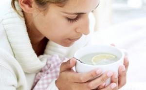 Женщина пьет чай с лимоном