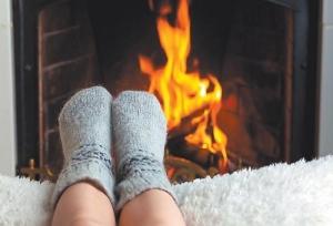 Ноги в носочках перед камином