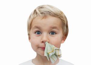 Остановка кровотечения у детей из носа салфеткой